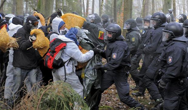 Ativistas anti-nucleares e policiais se enfrentam em Leitstade, norte da Alemanha, após tentativa de bloquear trilhos por onde deve passar o trem