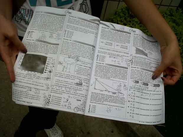 Estudante mostra prova de matemática do Enem