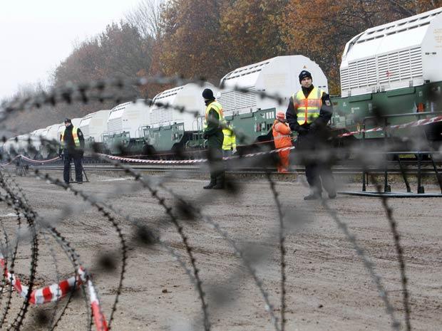Comboio com lixo nuclear chega à cidade alemã de Dannenberg nesta segunda-feira (8).