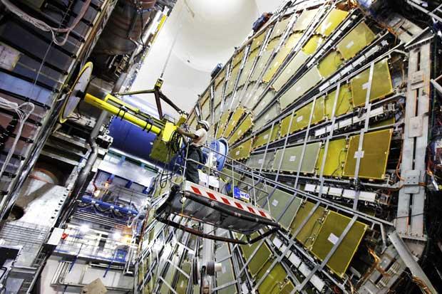 Técnicos instalam componentes do Atlas, um dos detectores de partículas do LHC
