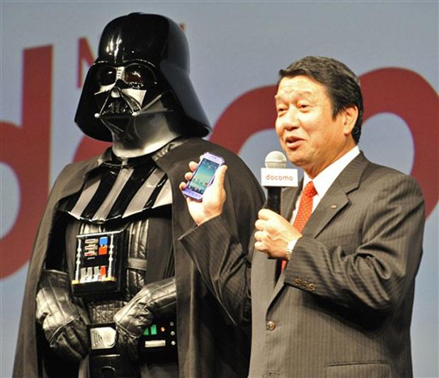 O presidente da NTT Docomo, Ryuji Yamada, ao lado do personagem Darth Vader, da série 'Guerra nas Estrelas'. Vader participará da propaganda do Lynx 3D, que tem tela de 3,8 polegadas.