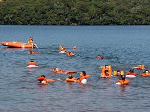 Guardas municipais de Curitiba passam por treinamento de resgate aquático