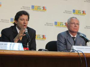 O ministro Fernando Haddad (esq.) durante entrevista coletiva nesta segunda em Brasília