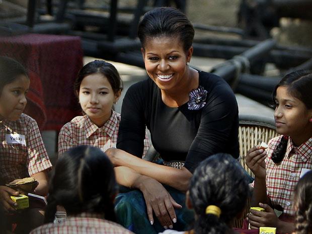 A primeira-dama americana, Michelle Obama, conversa com estudantes indianas nesta segunda-feira (8)