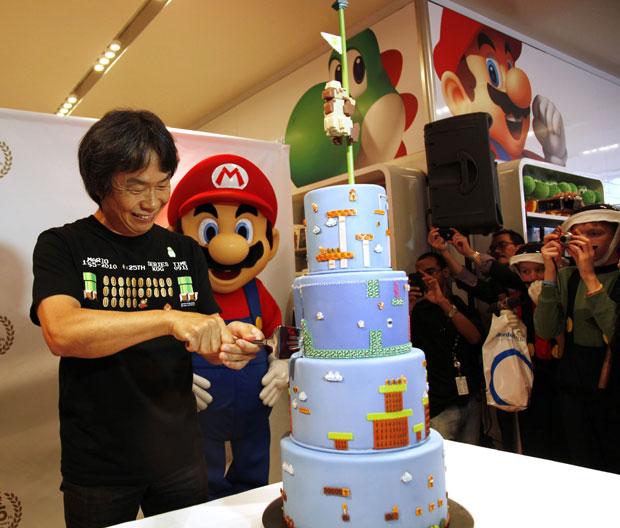 Em evento em Nova York, o criador Shigeru Miyamoto corta bolo que representa fase de Super Mario Bros, jogo lançado há 25 anos para o Nintendo Entertainment System, videogame de 8-bits da companhia japonesa.