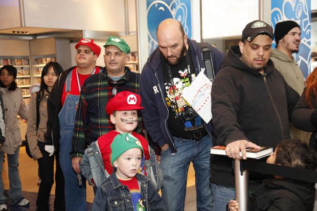 Vestidos como o personagem dos jogos, fãs comparecem a evento em homenagem aos 25 anos do lançamento de Super Mario Bros.