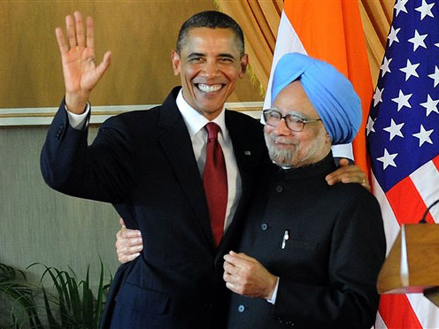 Obama abraça o primeiro-ministro indiano, Manmohan Singh, após entrevista coletiva para a imprensa em Nova Déli