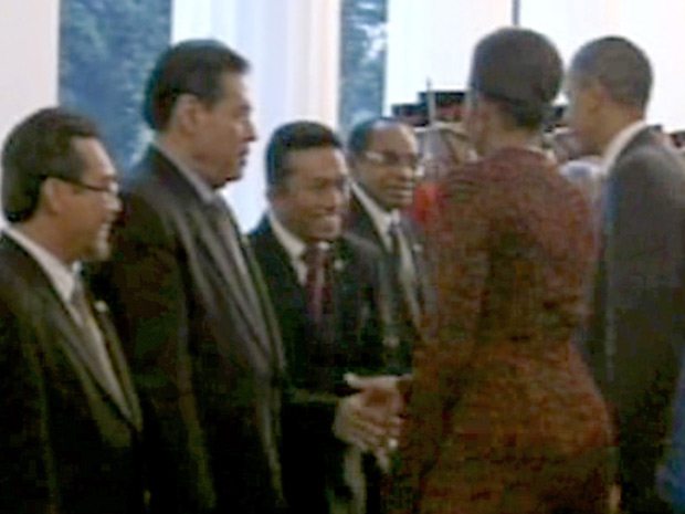 O ministro indonésio Tifatul Sembiring cumprimenta Michelle Obama em imagem de vídeo.