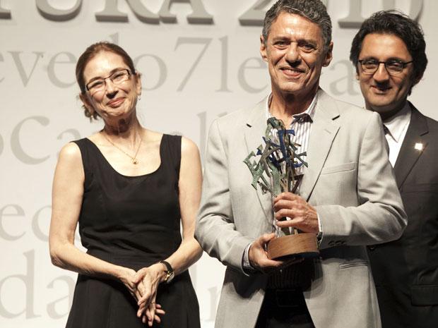 Chico Buarque recebeu o troféu das mãos de Pilar del Rio, viúva do escritor português José Saramago