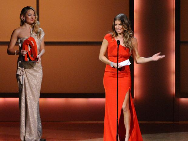 A atriz Kate Hudson entregou a Fergie o prêmio de 'Mulher do ano' promovido pela revista americana 'Glamour', em evento realizado no Carnegie Hall