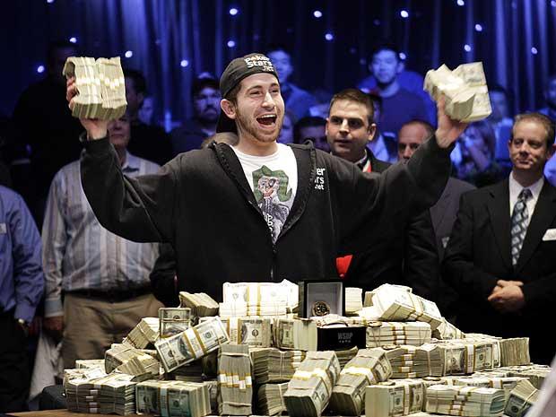 O canadense Jonathan Duhamel comemora o prêmio de US$ 8,94 milhões após derrotar o norte-americano John Racener na final do World Series, principal torneio de pôquer do mundo, realizado em Las Vegas, nesta segunda-feira (8).