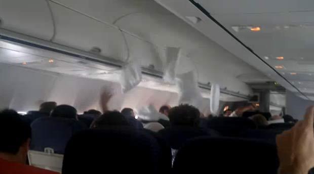 Passageiros realizaram uma guerra de travesseiros.