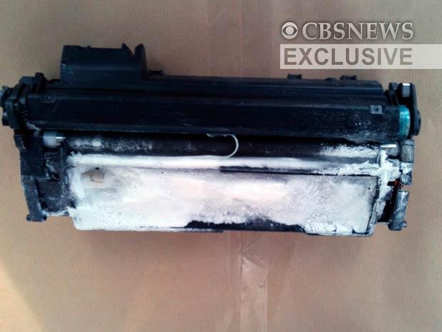 Imagem divulgada pela polícia mostra pacote contendo explosivos que foi desarmado na Inglaterra