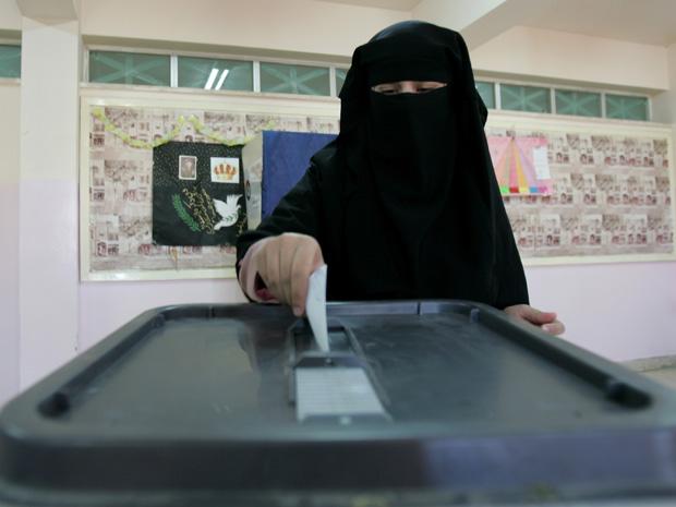 Jordaniana vota em Amã, capital da Jordânia, nesta quinta-feira (9).