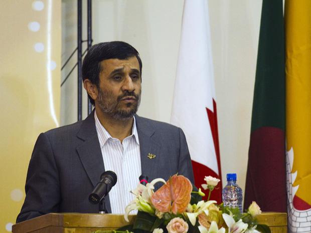 O presidente do Irã, Mahmud Ahmadinejad, discursa em Teerã nesta segunda-feira (8).