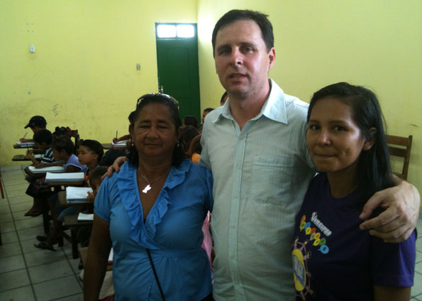 O repórter Marcelo Canellas e as professoras de Anajás