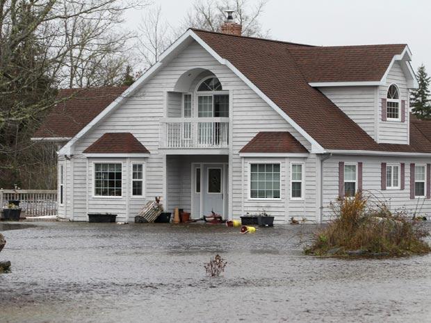 Casa em meio a rua alagada pela cheia do rio Clyde, em Nova Escócia, Canadá