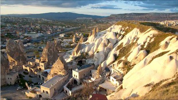 A maioria das construções em Tuzkoy é feita com a rocha típica da região.