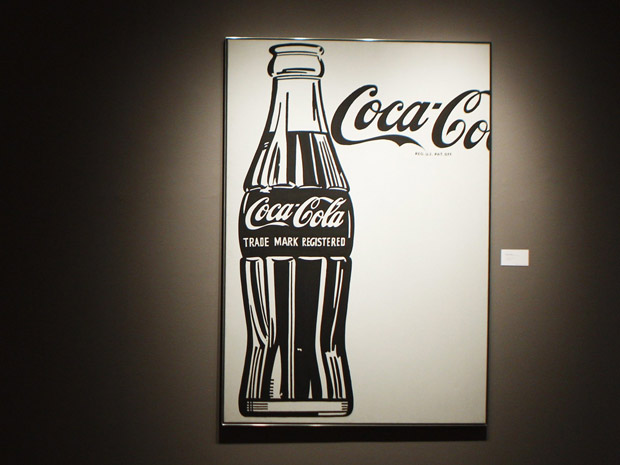 A obra 'Coca-Cola (4) (Large Coca-Cola)' do artista plástico americano Andy Warhol foi arrematada por mais de US$ 35 milhçoes