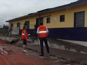 Técnicos da Defesa Civil avaliam escola danificada em Parobé (RS)