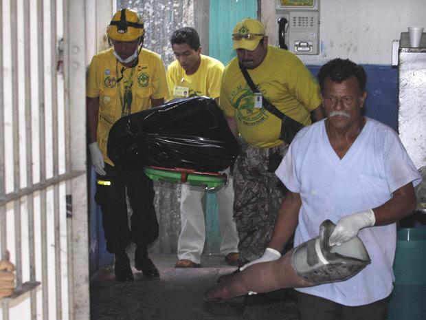 Equipes de resgate retiram corpos de centro de detentos de lobasco, cidade a 55 km da capital San Salvador