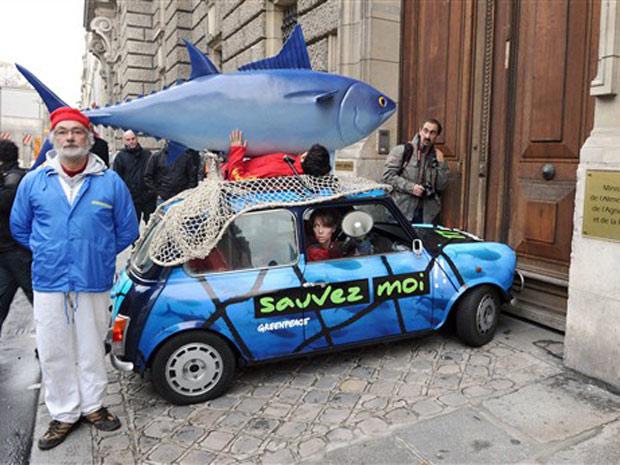 Carro do Greenpeace roda em Paris