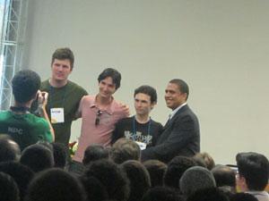 Criadores do game comemoram ao redeber o prêmio no SBGames.