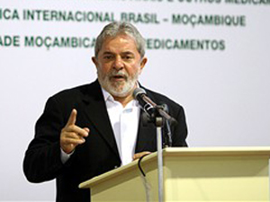 O presidente Lula discursa durante visita à Moçambique