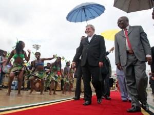 Presidente Luiz Inácio Lula da Silva acompanhado pelo presidente de Moçambique, Armando Guebuza, durante visita ao país.