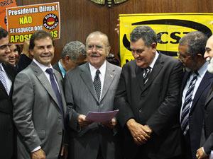 O presidente do Senado, José Sarney (PMDB-AP), recebe de deputados pedido de aumento do valor do salário mínimo