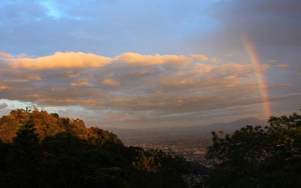 6h09: Arco-íris brilha no céu do Rio de Janeiro