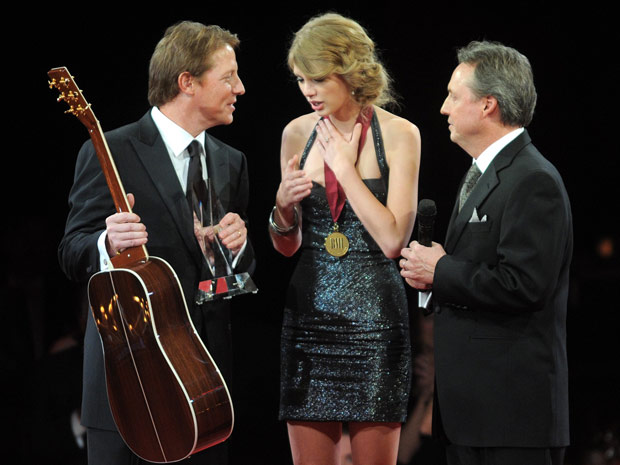 "A cantora americana Taylor Swift foi premiada no BMI Awards, em Nashville, como ""Compositora country do ano"""
