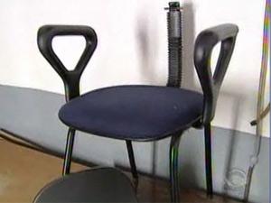 Cadeira usada para agredir a coordenadora pedagógica de escola
