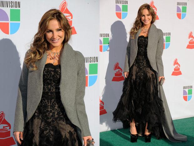 Com vestido de renda preta, Claudia Leitte posa para fotos nos bastidores do Grammy Latino