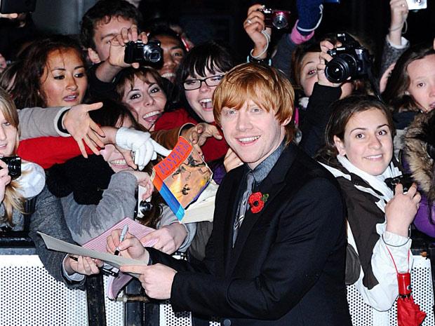 Fãs pedem autógrafos para Rupert Grint durante a pre-estreia de 'Harry Potter e as relíquias da morte: parte 1' em Londres nesta quinta-feira. A estreia mundial do filme será no próximo dia 19