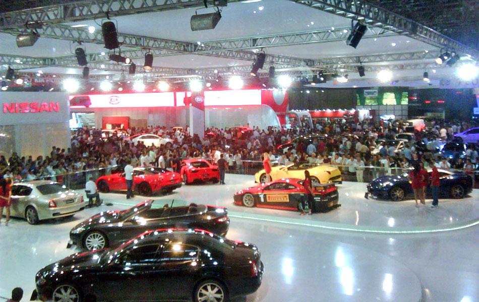 Multidão na frente do estande da Ferrari/Maserati; Salão teve 750,2 mil visitantes neste ano