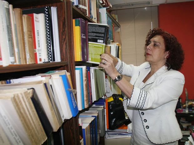 A advogada e professora venezuelana Tamara Adrián no seu escritório, em Caracas