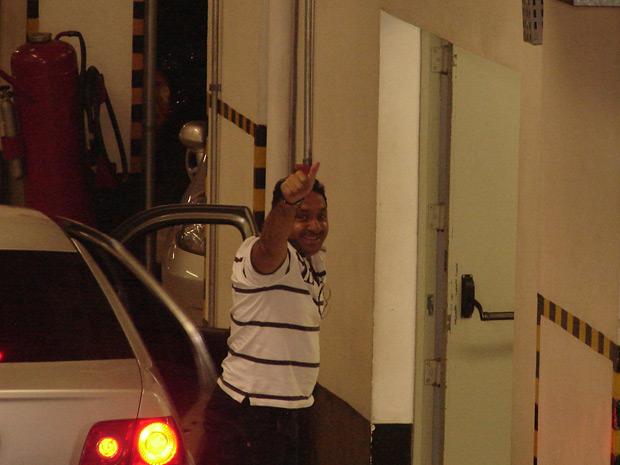 Tiririca acena ao chegar ao prédio do TRE