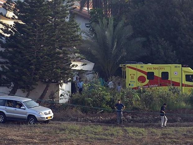 Ambulância levando o ex-premiê israelense Ariel Sharon chega à casa da família, em Sderot, nesta sexta-feira (12).