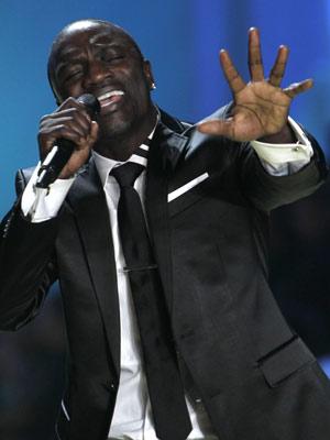 O cantor Akon, que colaborou no primeiro single de 'Michael'