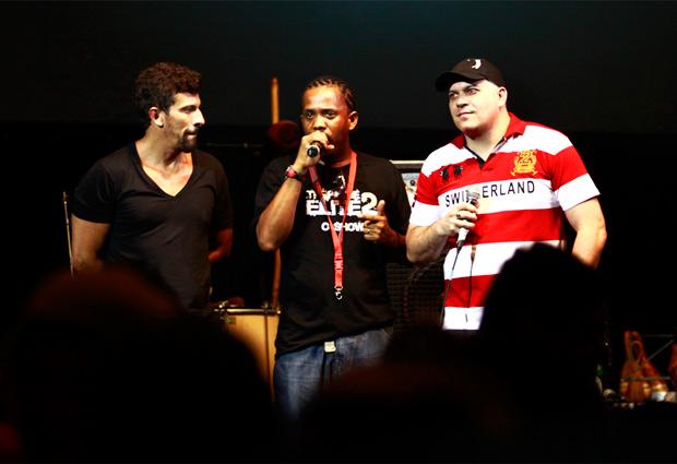 Da esq. para a dir.: o ator Milhem Cortaz, o cantor Jovem Cerebral e o ator Sandro Rocha