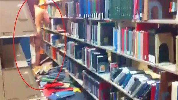 Estudante foi preso após andar pelado em biblioteca.
