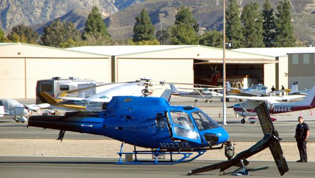 Helicóptero de emissora de TV após acidente nesta sexta-feira (12) no aeroporto Whiteman, em Los Angeles, na Califórnia. A aeronave perdeu o rotor e a cauda em um pouso de emergência, depois de uma falha do motor. A cauda bateu no chão na hora do pouso, mas o piloto, Derek Bell, conseguiu pousar em segurança.