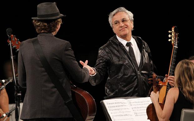 Caetano Veloso cumprimenta Beck durante apresentação em Los Angeles