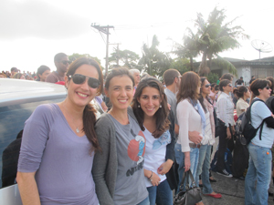 As fãs Micaely, Luciana e Fabíola, que assistiram ao show de Norah Jones do lado de fora.