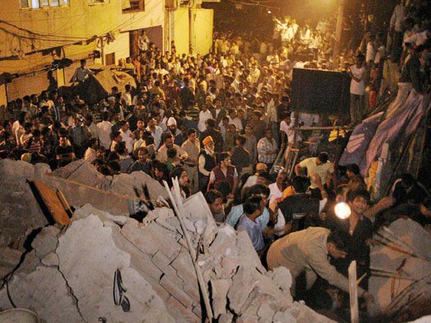 Indianos buscam sobreviventes em local de desabamento em Nova Déli