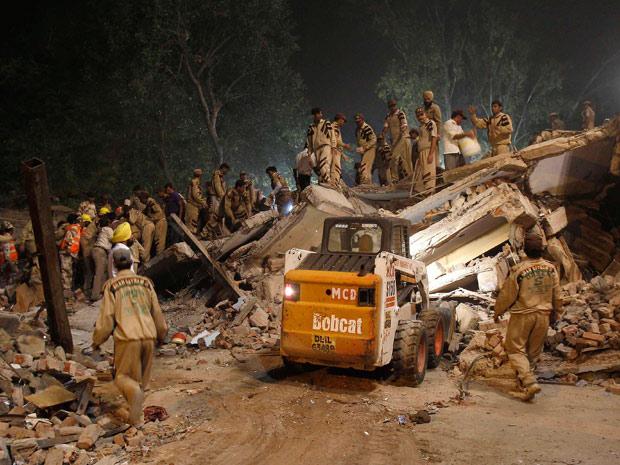 Equipes de resgate fazem buscas em prédio que desabou na Índia