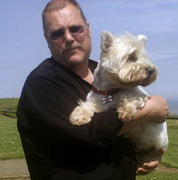 Steve Watson com seu cão de estimação 'Barney', que morreu em janeiro de 2009.