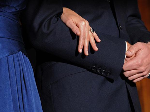 Kate Middleton usa o anel de noivado que foi de Diana, nesta terça-feira (16), durante o anúncio oficial do noivado.