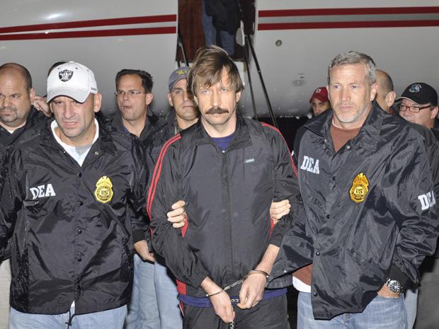 O traficante de armas russo Viktor Bout chega a Nova York na noite de terça-feira. A foto foi divulgada pela agência antidrogas do governo dos EUA. (Foto: AP/DEA)